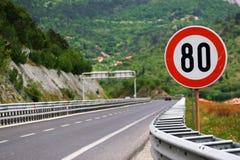 Limitation de vitesse sur une route Image libre de droits