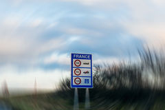 Limitations de vitesse dans le signe d'entrée de la France Photos stock