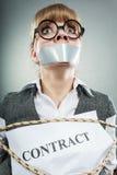 Limite assustado da mulher pelo contrato com boca gravada Imagens de Stock Royalty Free