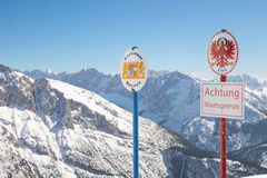 Limite Austriaco-tedesco nazionale sul picco di montagna alpino Fotografia Stock