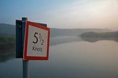 Limite de velocidade da maneira da água Imagem de Stock