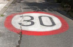 Limite de velocidade no asfalto Foto de Stock