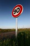 Limite de velocidade Roadsign do carro Fotografia de Stock