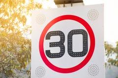 Limite de velocidade vermelho redondo do sinal de estrada 30 quilômetros pela hora Fotos de Stock Royalty Free