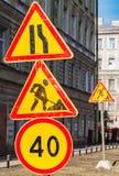 Limite di velocità, in costruzione e stringimento della strada immagini stock