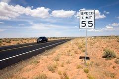 Limite di velocità del segnale stradale 55 Fotografie Stock Libere da Diritti