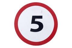 Limite di velocità del ` del segnale stradale 5 km/ora del ` isolato su bianco Fotografia Stock Libera da Diritti
