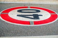 Limite di velocità della strada che mirking immagini stock