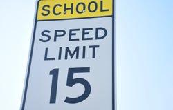 Limite di velocità 15 di zona della scuola Immagine Stock