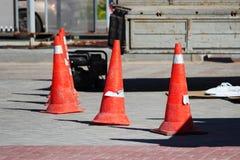 Limite en plastique de cônes du trafic de signalisation des personnes l'endroit de l'installation d'un support en verre de la pub Images libres de droits