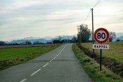 Limite la velocidad en 80 kilómetros por hora en los caminos franceses Foto de archivo libre de regalías