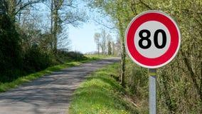 Limite la velocidad en 80 kilómetros por hora en los caminos franceses Imagen de archivo libre de regalías