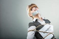Limite receoso da mulher pelo contrato com boca gravada Foto de Stock Royalty Free