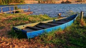 Limite vuoto della barca sulla Banca dell'erba al pilastro di legno dal lago stock footage