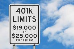Limites das contribuições da aposentadoria 401k em um sinal de estrada da velocidade da estrada dos EUA foto de stock royalty free