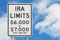 Limiti di contributi di IRA di pensionamento su un segnale stradale di velocità della strada principale di U.S.A. immagine stock libera da diritti