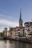 Limmat brzeg rzeki w Zurich Zdjęcie Royalty Free