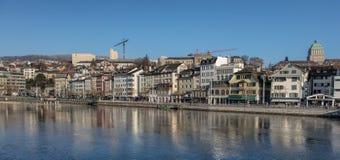 Limmat flod i tnestad av Zurich Royaltyfri Foto