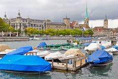 Limmat flod och i stadens centrum Zurich, Schweiz arkivbilder
