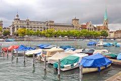Limmat flod och i stadens centrum Zurich, Schweiz fotografering för bildbyråer