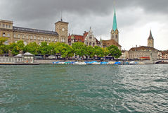 Limmat flod och i stadens centrum Zurich, Schweiz royaltyfria foton