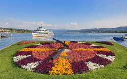 Limmat-Schiff nähert sich Pier in Zürich Stockbild