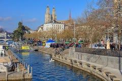 Limmatquai kaj precis för den Zurich Samichlaus-Schwimmen starten Arkivfoton