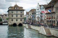Limmatquai y Rathaus - Zurich Imagenes de archivo