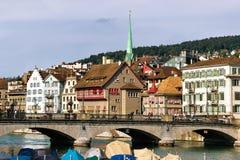 Limmatrivier en spits van Predigerkirche in stadscentrum Zürich Royalty-vrije Stock Afbeelding