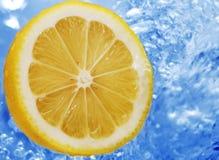 Limón en un agua Imagen de archivo libre de regalías