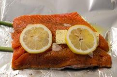 Limón, mantequilla, ajo y eneldo crudos de los salmones w Foto de archivo libre de regalías