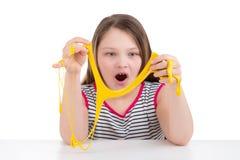 Limo amarillo en las manos de una muchacha Fotografía de archivo libre de regalías