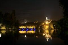 Limoges, Frankrijk Schoonheid van stil vijver en Park bij nacht stock foto's