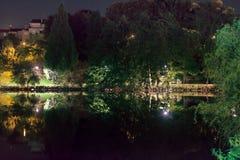 Limoges, Frankrijk Schoonheid van stil vijver en Park bij nacht stock foto