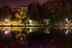 Limoges, Frankrijk Schoonheid van stil vijver en Park bij nacht royalty-vrije stock fotografie