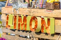 Limon-Zeichen auf Limonadestand an der Lebensmittel-Straße Van Stockfoto