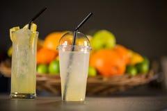 Limonada amarilla, hecha de frutas frescas Foto de archivo libre de regalías