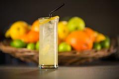 Limonada amarilla, hecha de frutas frescas Fotografía de archivo libre de regalías
