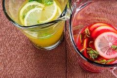 Limonada amarilla y roja del verano Imagenes de archivo
