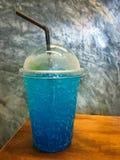 Limonada azul con soda en taza plástica para llevar Imagenes de archivo