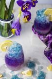 Limonada azul del hielo de mariposa de la flor tropical del guisante imagenes de archivo