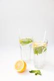 Limonada caseiro com as folhas da água, do limão e de hortelã em dois vidros Fotografia de Stock Royalty Free