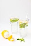Limonada caseiro com as folhas da água, do limão e de hortelã em dois vidros Imagens de Stock Royalty Free