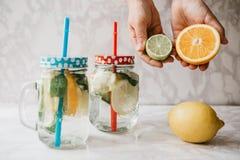 Limonada caseiro do citrino ou suco ou mojito em um frasco Bebida do citrino fotos de stock royalty free
