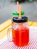 Limonada caseiro do corinto vermelho do verão em um frasco de pedreiro na tabela de madeira do ligth Fim acima fotos de stock royalty free