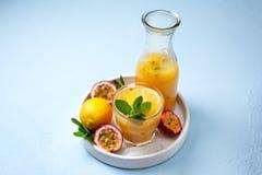 Limonada com fruto de paixão fotos de stock
