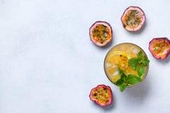 Limonada com fruto de paixão fotos de stock royalty free