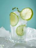 Limonada com gelo, cal Imagens de Stock Royalty Free