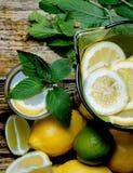 Limonada com hortelã e limão na tabela Fotos de Stock Royalty Free