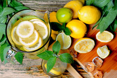 Limonada com hortelã e limão na tabela Imagens de Stock